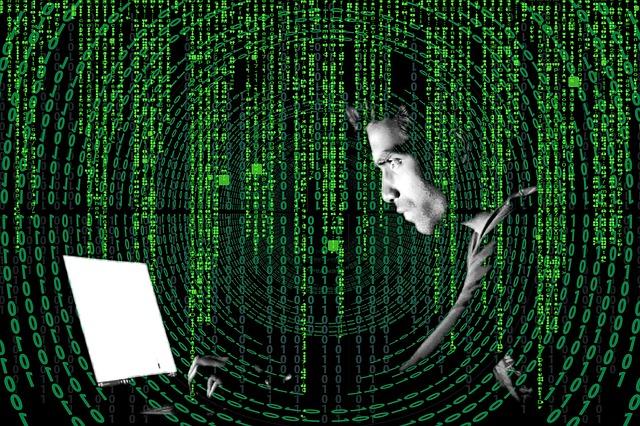 muž u počítače a kódy