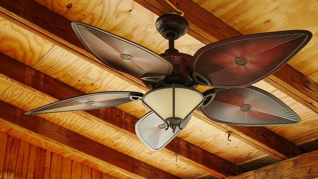 stropní ventilátor ve srubu